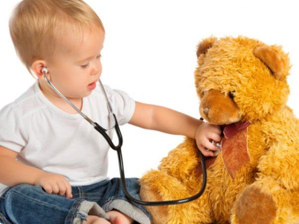 Малыш играет в доктора