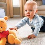 малыш дополз до игрушки