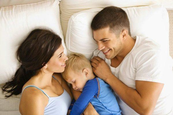 Малыш спит с родителями
