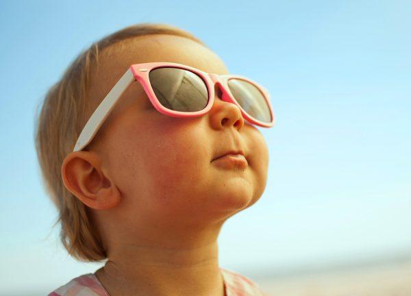 Малыш в очках от солнца