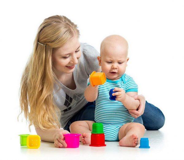 Мама играет с ребёнком 6 месяцев