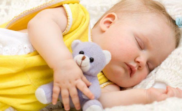 Младенец спит с любимой игрушкой