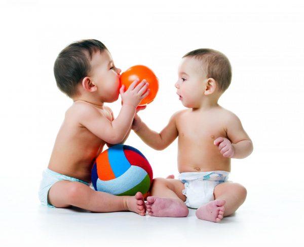 Малыш с удовольствием играет со сверстником