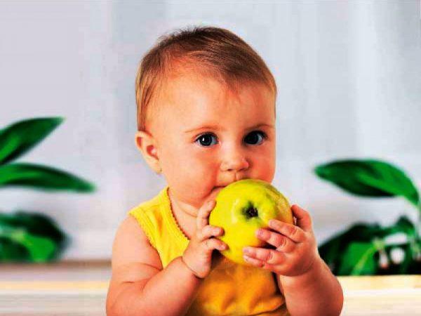 Ребёнок с яблоком