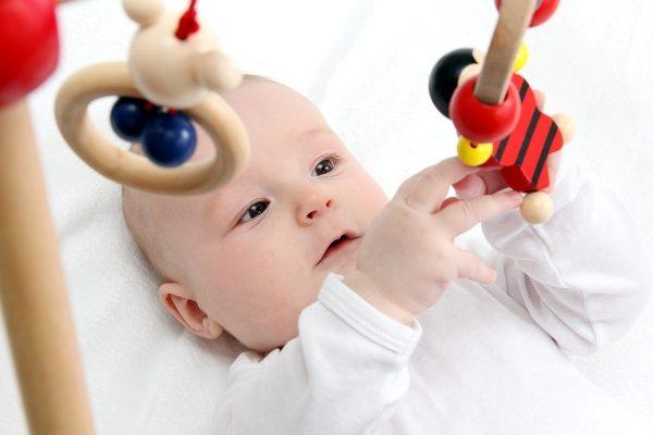 Младенец изучает новую игрушку