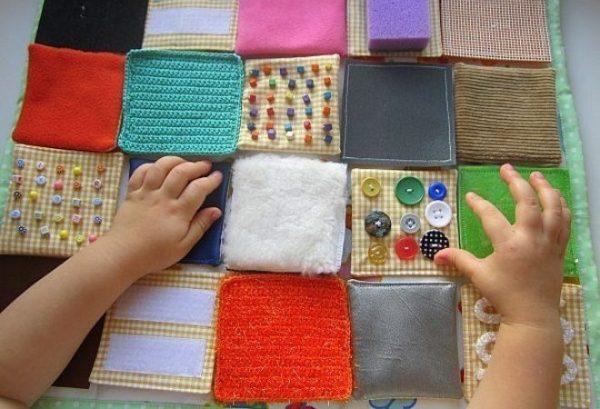 Кусочки разных материалов для развивающего коврика: ткань, шерсть, мех, поролон и т.д