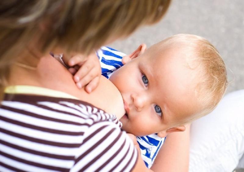 Ребёнок кусает грудь