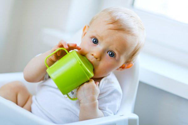 Ребёнок пьёт из поильника