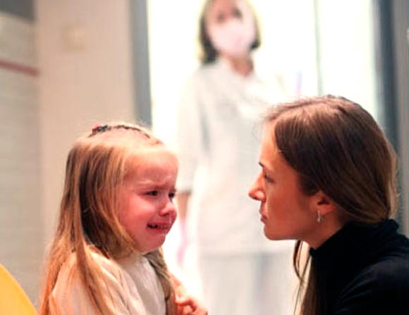 Ребёнок плачет перед кабинетом у врача