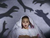 Ребёнок с одеялом на голове, на стене тени рук
