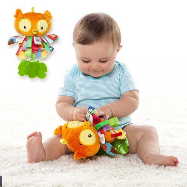 Малыш сидит и играет с развивающей игрушкой
