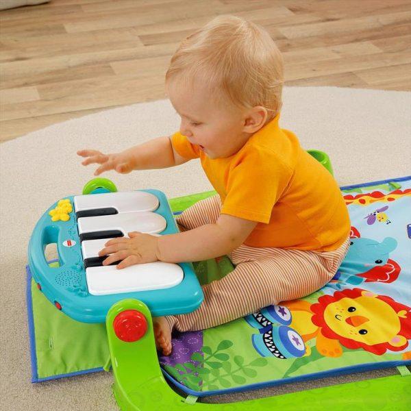 Ребёнок умеет играть с музыкальной панелью развивающего коврика