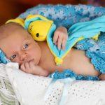 Малыш лежит с игрушкой