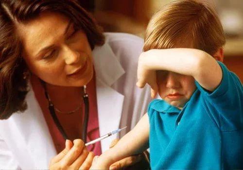 Врач делает инъекцию ребёнку