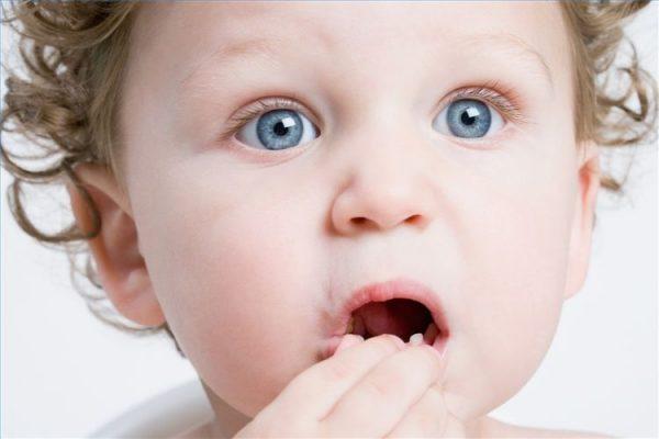 Ребёнок тянет в рот инородный предмет