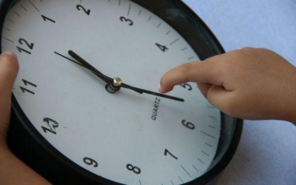 Детский пальчик передвигает минутную стрелку на 6 на циферблате часов
