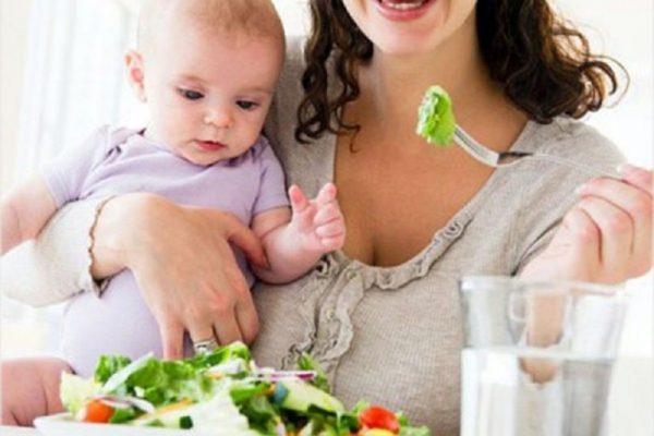 Кормящая мама принимает пищу