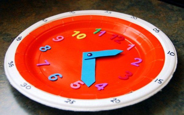 Красные самодельные часы с голубыми стрелками