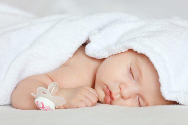 Малыш спит, соска лежит рядом