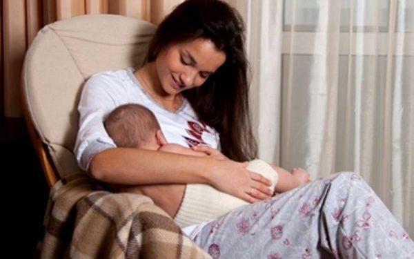Мама с ребёнком во время кормления