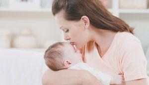 мама укачивает младенца
