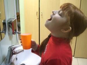 Ребёнок полощет горло