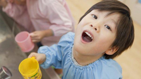 Ребёнок полоскает горло