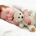 Младенец, отученный от укачивания, спит с игрушкой