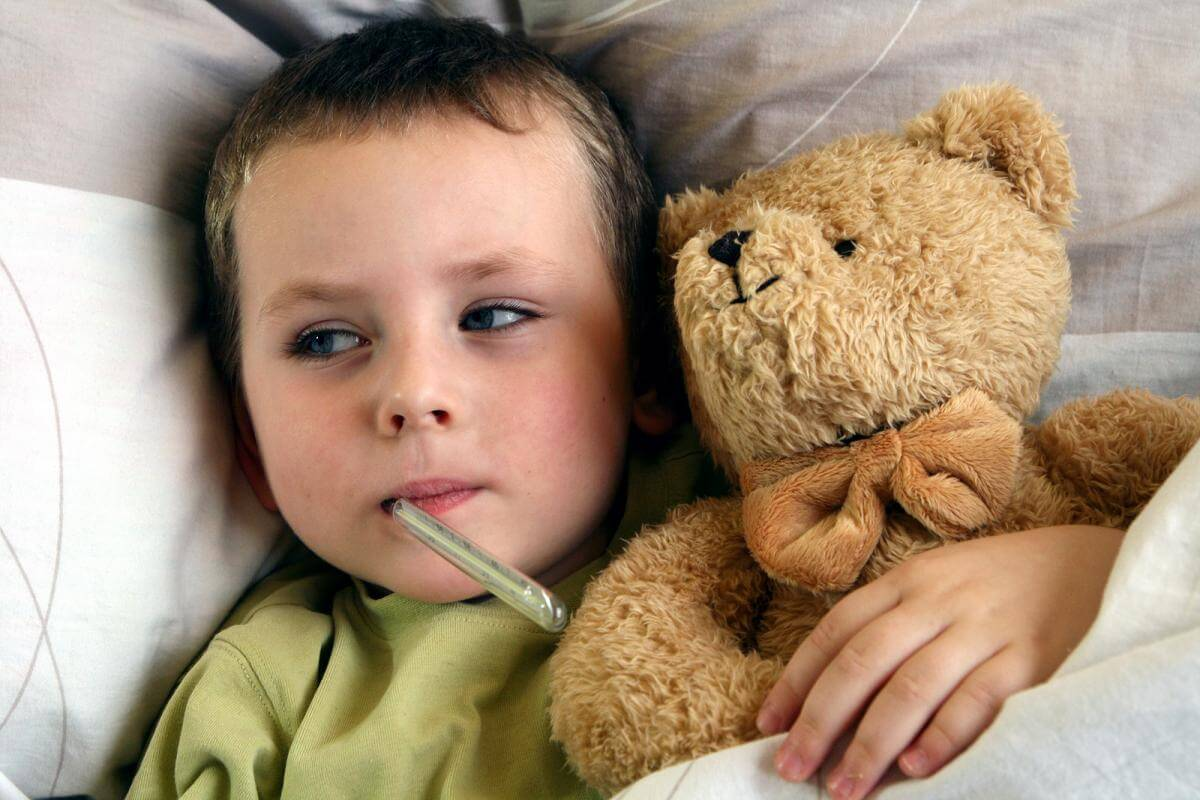 Красное горло и высокая температура у ребёнка: как бороться с проблемой
