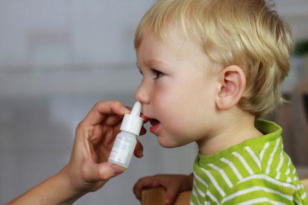 Закапывание солевого раствора ребёнку