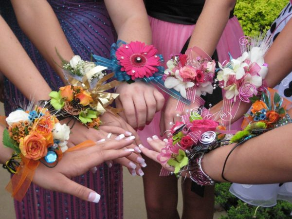 Цветочные браслеты на руках выпускниц