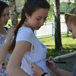 выпускники пишут на футболках пожелания друг другу