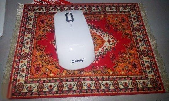 Компьютерная мышь на коврике в виде старого ковра