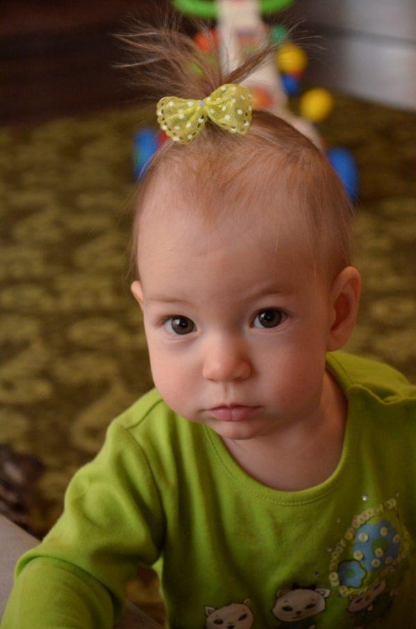 Маленькая девочка с отросшими волосами