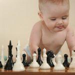 Ребёнок разглядывает шахматы