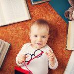 Малыш среди книг