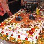 Торт, украшенный атрибутами школьной жизни