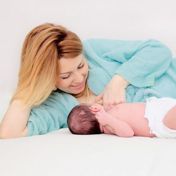 Мама в хорошем настроении кормит младенца