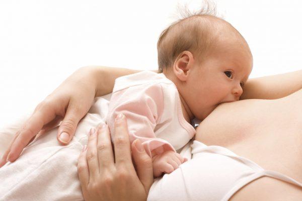 Младенец сосёт грудь