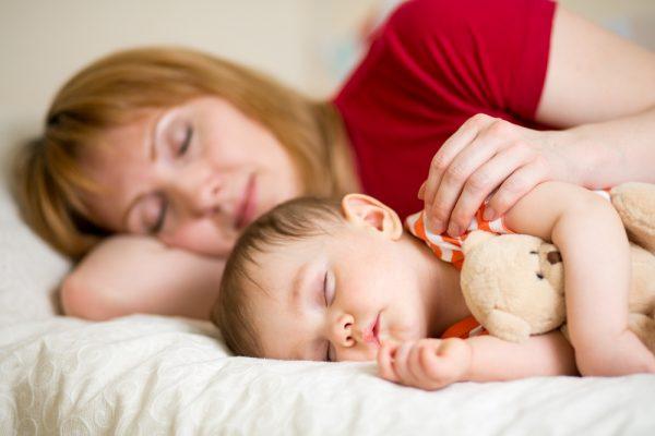 Мама спит рядом с ребёнком