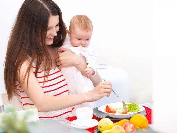 Мама обедает с малышом на руках