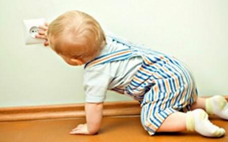 Ребёнок играет с розеткой