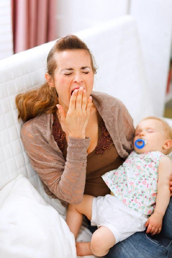 Женщина, утомленная грудным кормлением