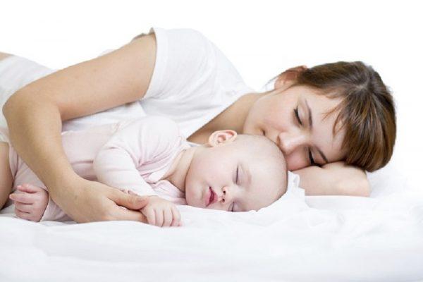 Мама отдыхает с малышом