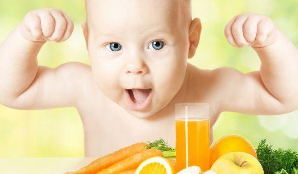 Маленький ребёнок, морковь и сок