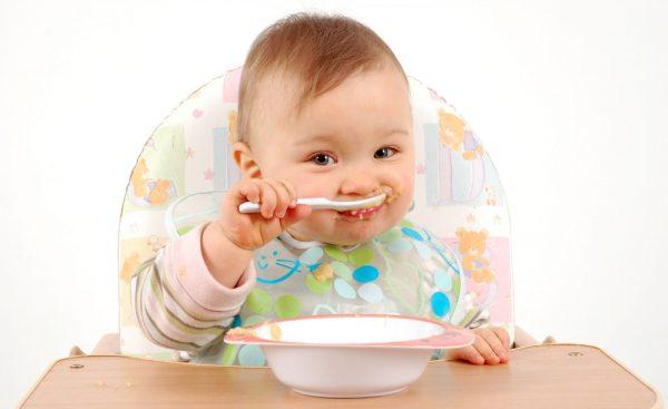Ребёнок ест кашу