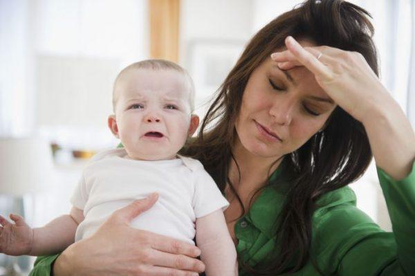 Уставшая женщина с ребенком