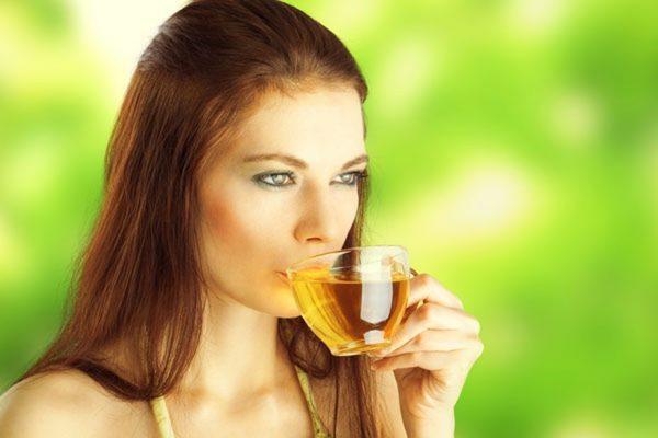 Женщина пьет травяной отвар