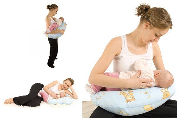 Мама кормит малыша с помощью подушки для кормления