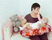 Мама кормит младенца